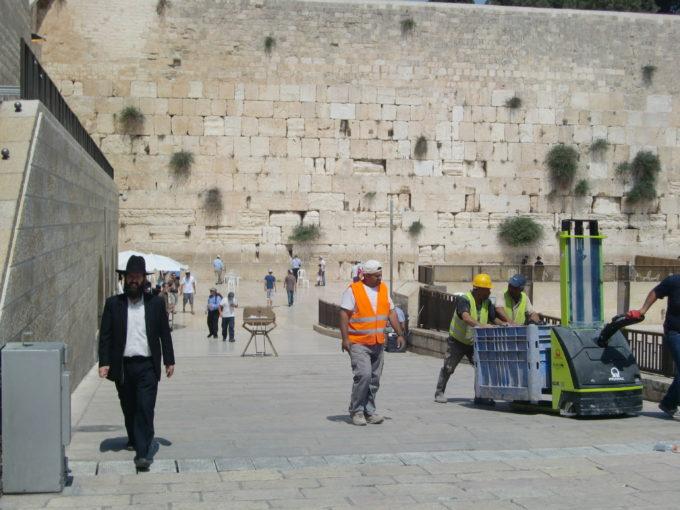 嘆きの壁付近を歩くユダヤ教徒