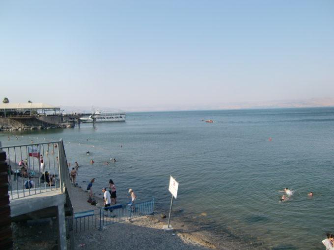 ガリラヤ湖で泳ぐ人々
