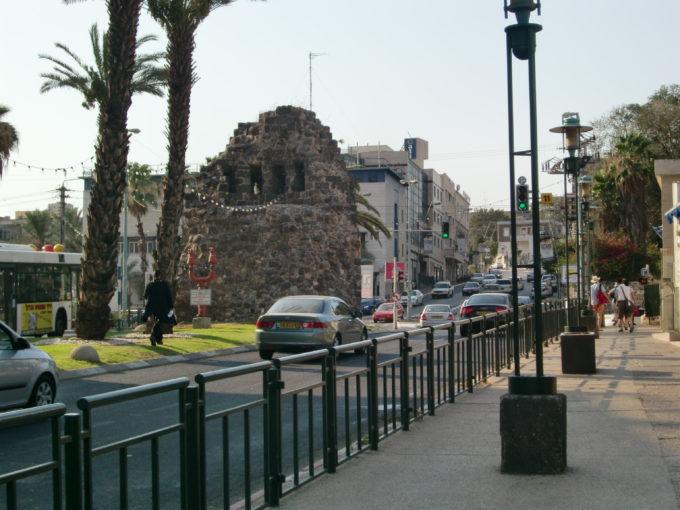 道路にそびえ立つ十字軍時代の城壁