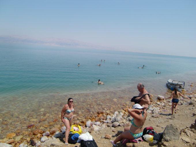 死海ビーチで泳ぐ人々