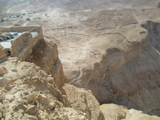 砂漠の岩山に築きあげられた建造物