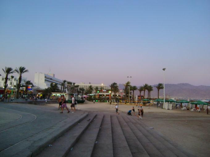 ショッピングモール外の大きな広場
