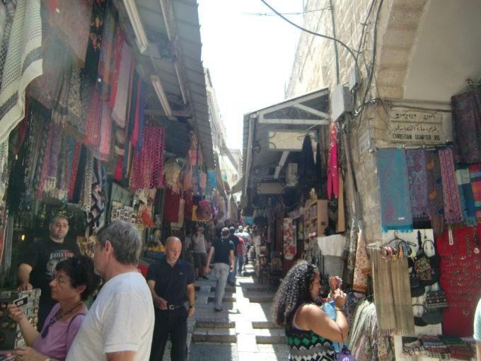 両側に店が並ぶエレサレム旧市街の坂道