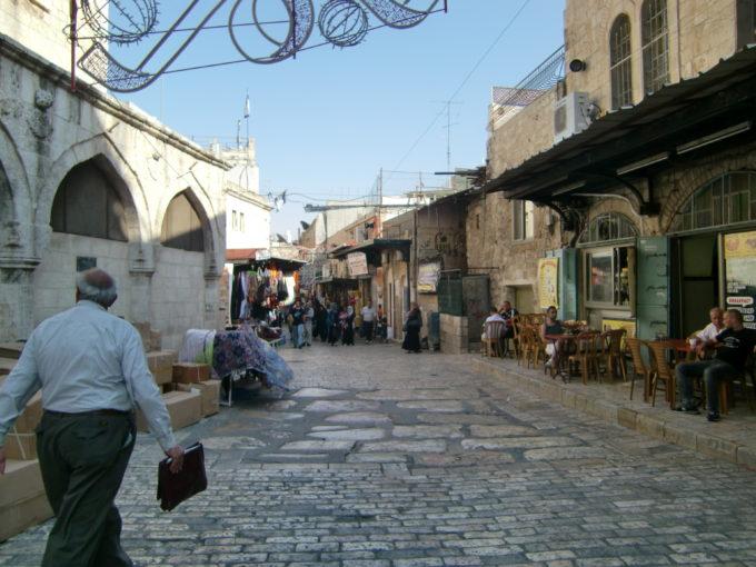旧市街地の路地を歩く人たち