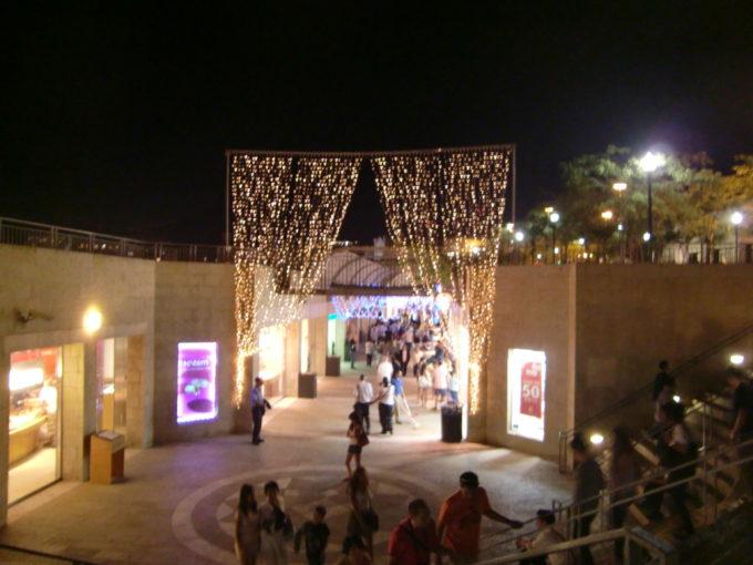 イルミネーションが付いた旧市街城壁沿いの広場