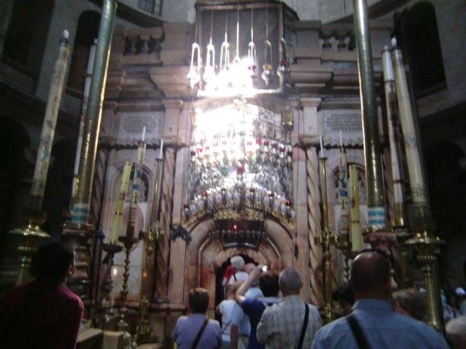 聖墳墓教会にあるキリストの墓に並ぶ人々