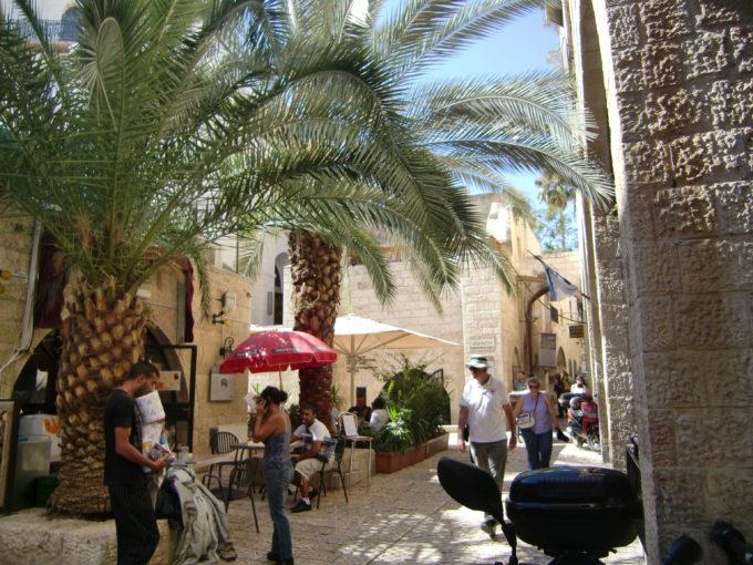 エルサレム旧市街地の休憩所を利用する旅行者たち