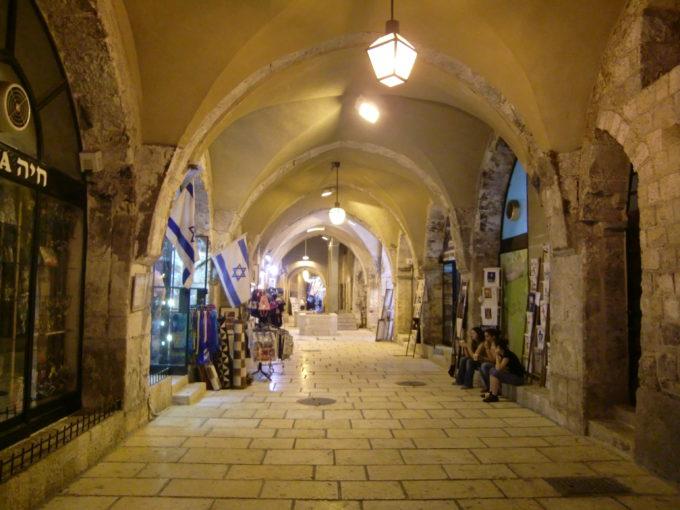 夜の旧市街地の路地