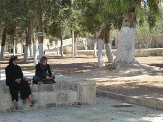 木陰で休憩しているイスラム教徒