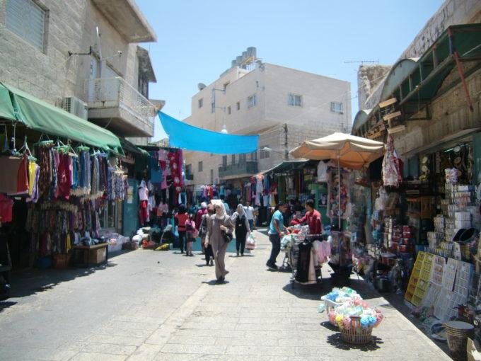 両側に店が並ぶパレスチナのメインストリート