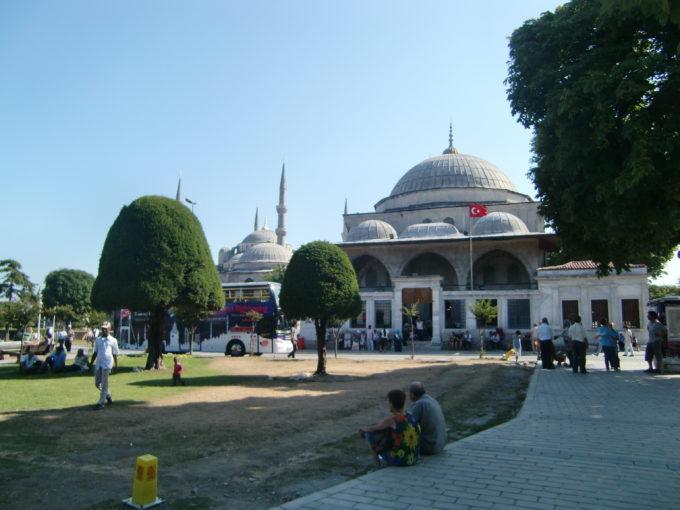 広場から見たモスク