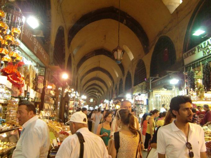 グランド・バザールで買い物する多くの人々