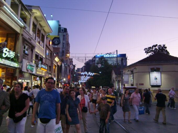 旧市街のメインストリートを歩く多くの観光客
