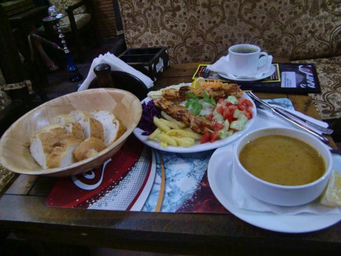 机に置かれたトルコ料理