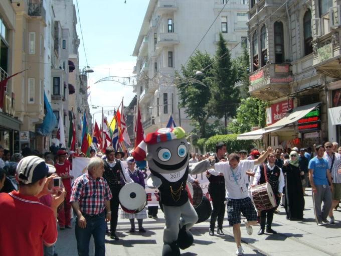 イスティクラル通りのパレードで賑わう人々