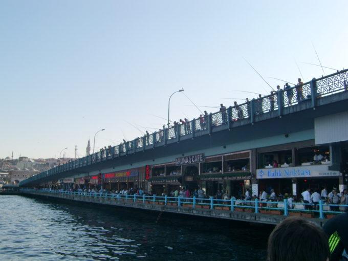 お店と釣り人で賑わうガラタ橋