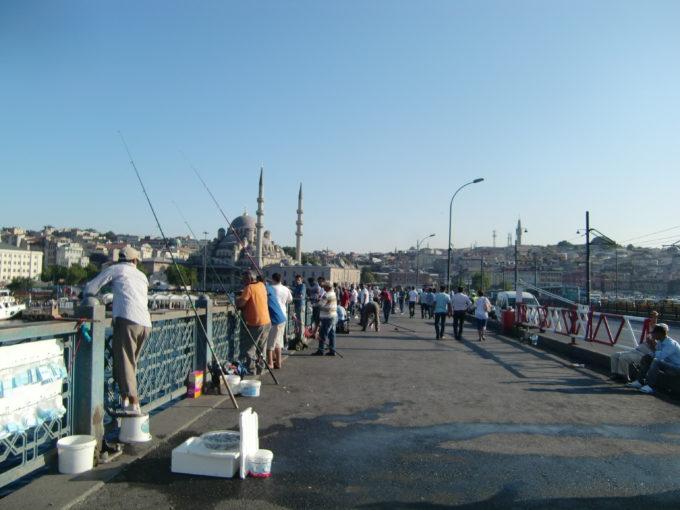 ガラタ橋で釣りをする人々