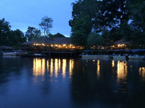 川沿いに建てられたレストラン