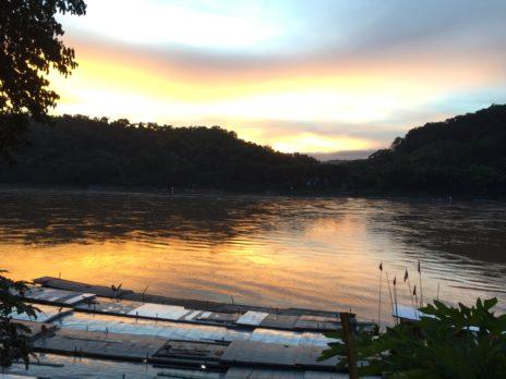 夕焼けのメコン川
