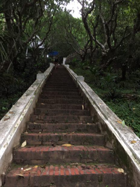 ルアンパバーン、プーシーの丘に続く階段