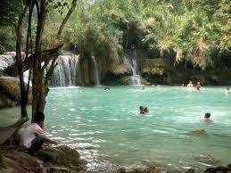 クアンシー滝で泳ぐ旅行者
