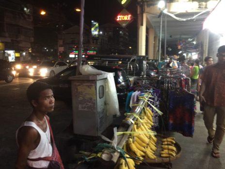 道端で売られているバナナ