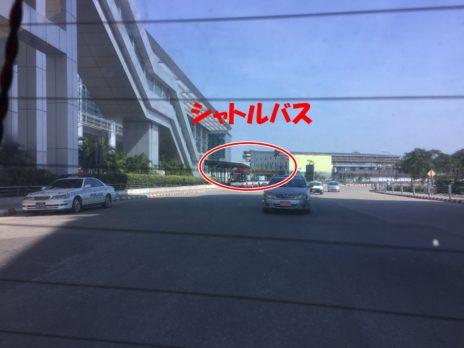 ターミナルに隣接するシャトルバス乗り場