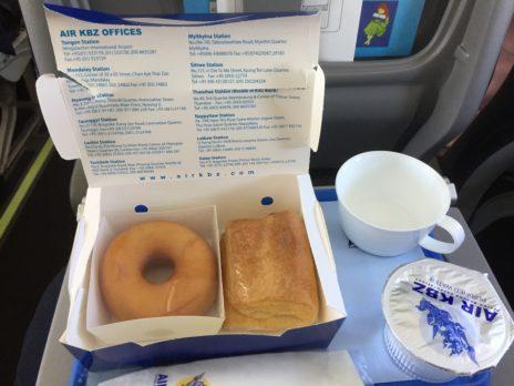 エアバガンの機内食であるドーナツパン