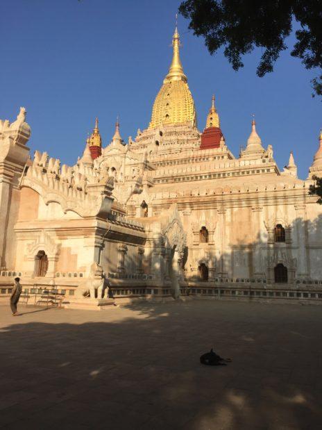アーナンダ寺院の本院外観