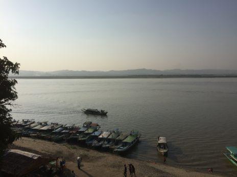丘の上から見たエーヤワディ川