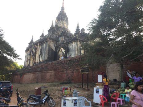 近くから見たシュエグーヂー寺院の外観