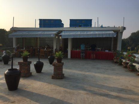 ホテル屋上の朝食の場