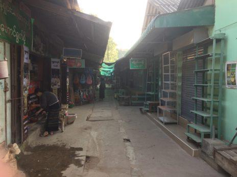 ニャウンウー村のマーケットの細道