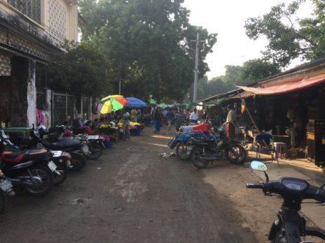 ニャウンウー村のマーケットの道