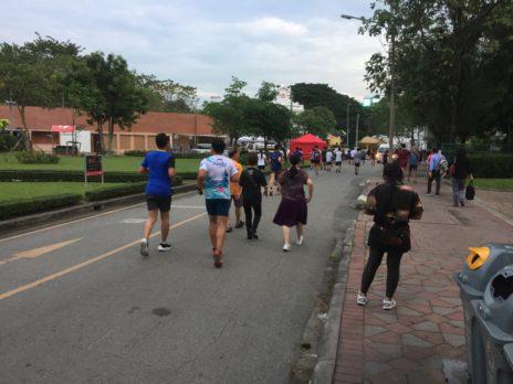 ルンビニ公園でマラソンする人々
