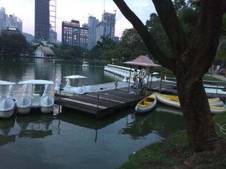 ルンビニ公園の池にあるボートやスワン号