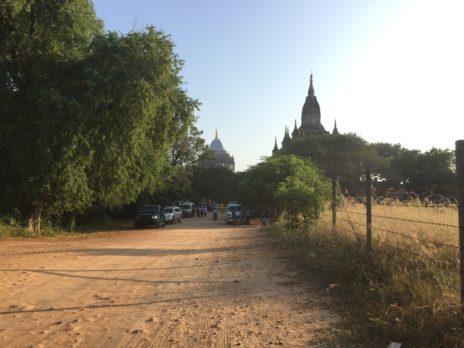 遠くから見たシュエグーヂー寺院の外観
