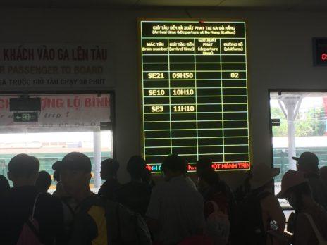 ダナン駅の電光掲示板