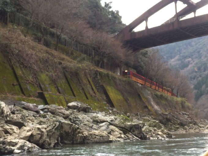 保津川下りから見たトロッコ電車
