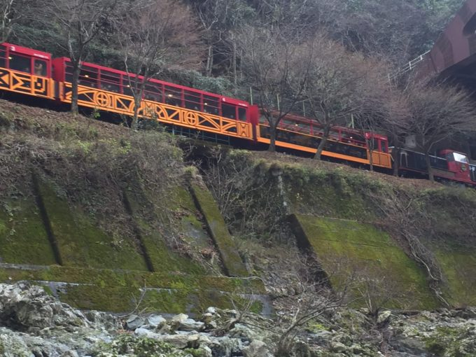 保津川下りから見たトロッコ電車②